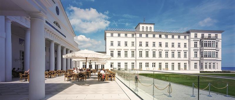 17 Suiten und 31 luxuriöse Doppelzimmern sind in Haus Mecklenburg beheimatet. Haus Mecklenburg ist das größte Gebäude im Heiligendamm Ensemble / © Grand Hotel Heiligendamm