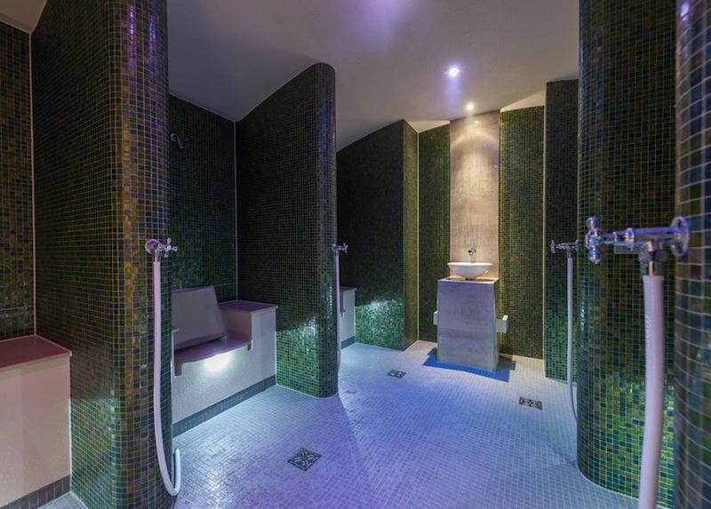 Im Kräuterbad wirkt die aufgetragene Arnika-Tinktur entzündungshemmend und antiseptisch /© Aqua Dome