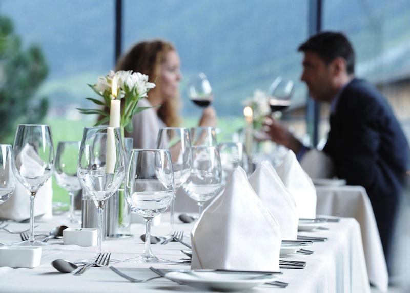 Im Restaurant vom Hotel Aqua Dome sitzen Gäste mit traumhaften Blick auf die Bergwelt / © Aqua Dome