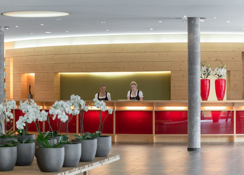 Herzlich Willkommen an der Rezeption vom Hotel Aqua Dome bei dem immer gutgelaunten Personal / © Aqua Dome