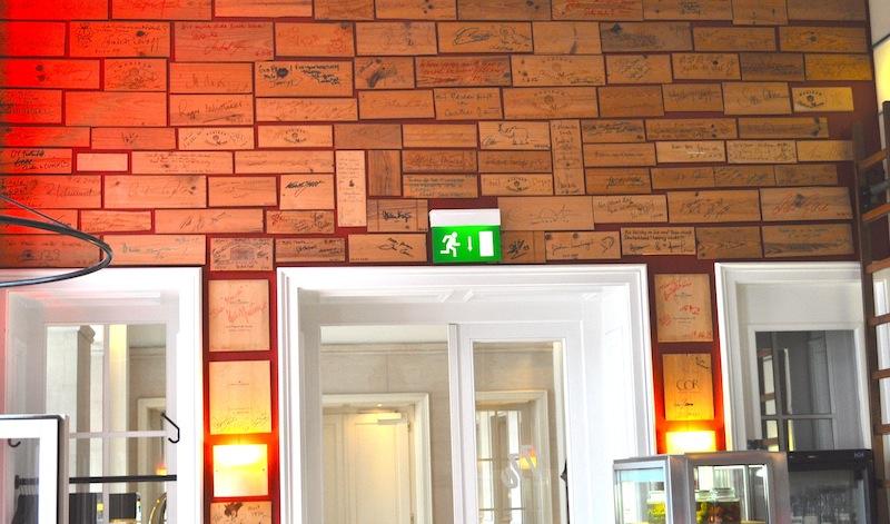 Hier ein kleiner Blick auf die Wand mit den Unterschriften auf den Deckeln der Weinkisten - alle waren schon da - auch LUSTFAKTOR / © Redaktion Lustfaktor