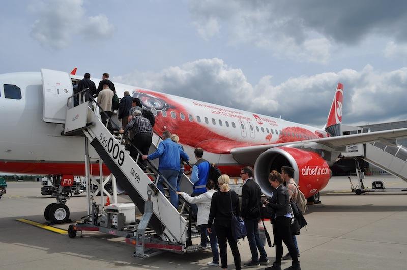 """Die letzten der 140 Passagiere steigen zum Sonderflug in den Airbus A320 ein - in Kürze geht es per """"Static Take Off"""" steil in die Luft / © Redaktion Lustfaktor"""