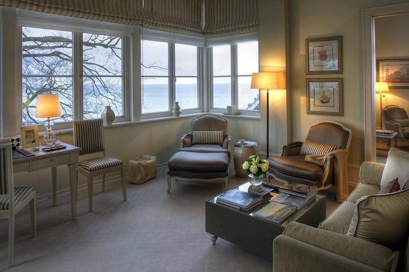 Die großen Glaserker lassen den Raum wachsen. Hier ein Blick in die attraktive Deluxe Suite mit Sicht auf die Ostsee / © Grand Hotel Heiligendamm