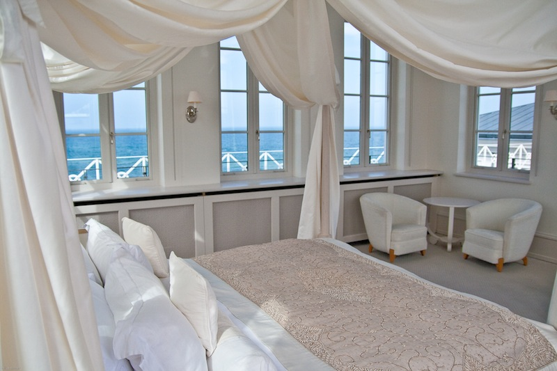 """Die """"Weiße Turm Suite"""" im Grand Hotel Heiligendamm ist ein Traum. Mit eigener Sonnenterrasse und einem Himmelbett / © Grand Hotel Heiligendamm"""