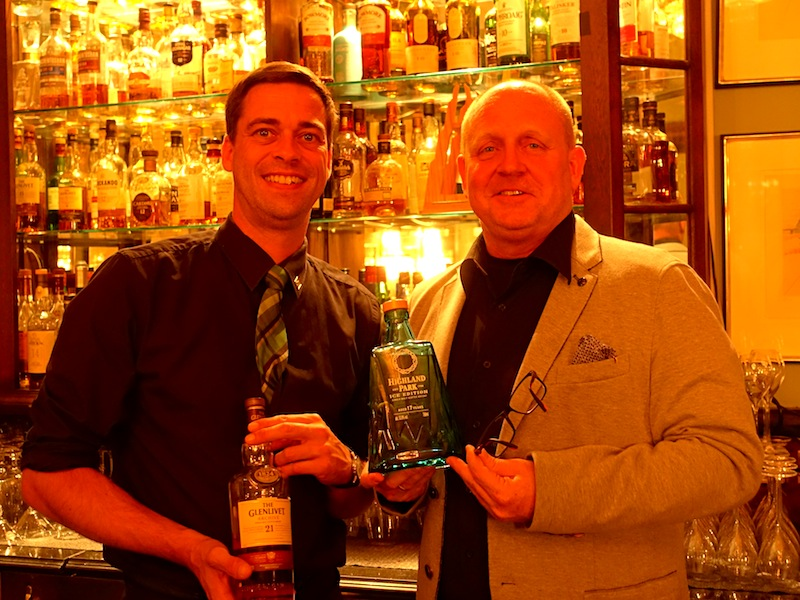 Barchef von der Salvador Dali Bar im Althoff Grandhotel Schloss Bensberg Christoph Uhl und Herausgeber vom Luxus & Lifestyle Magazin LUSTFAKTOR bei der Sichtung der seltenen Whiskys / © Redaktion Lustfaktor