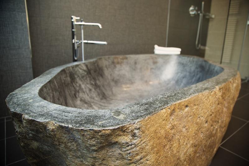 Die Badezimmer in den Suiten des 5-Sterne Hotels Le Clervaux bieten Ausgewöhnliches. Hier eine Badewanne aus Stein / © Hotel Le Clervaux