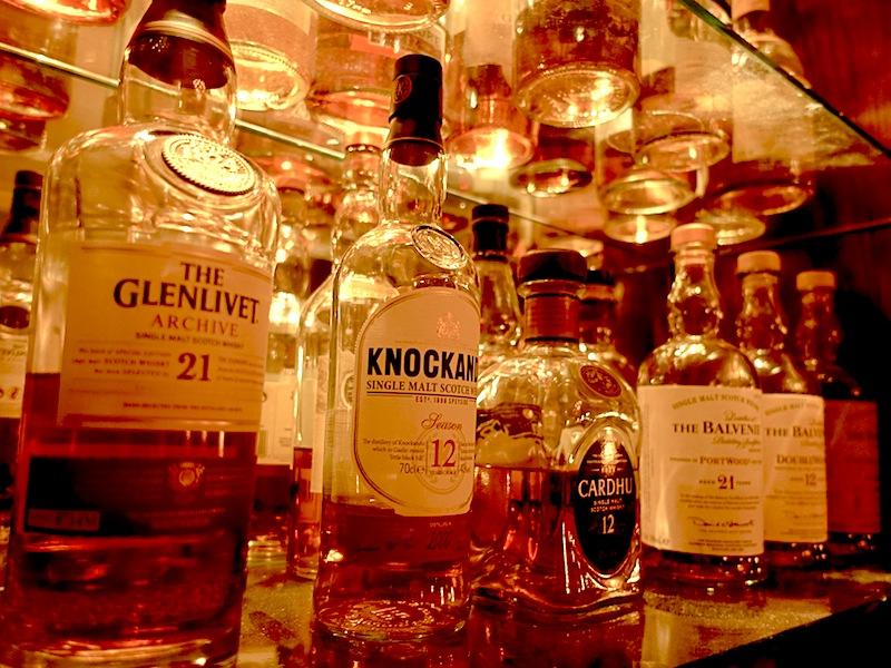 Barchef Christopher Uhl kann in der Salvador Dalí Bar auf eine Vielzahl von verschiedenen Whiskys zugreifen / © Redaktion Lustfaktor
