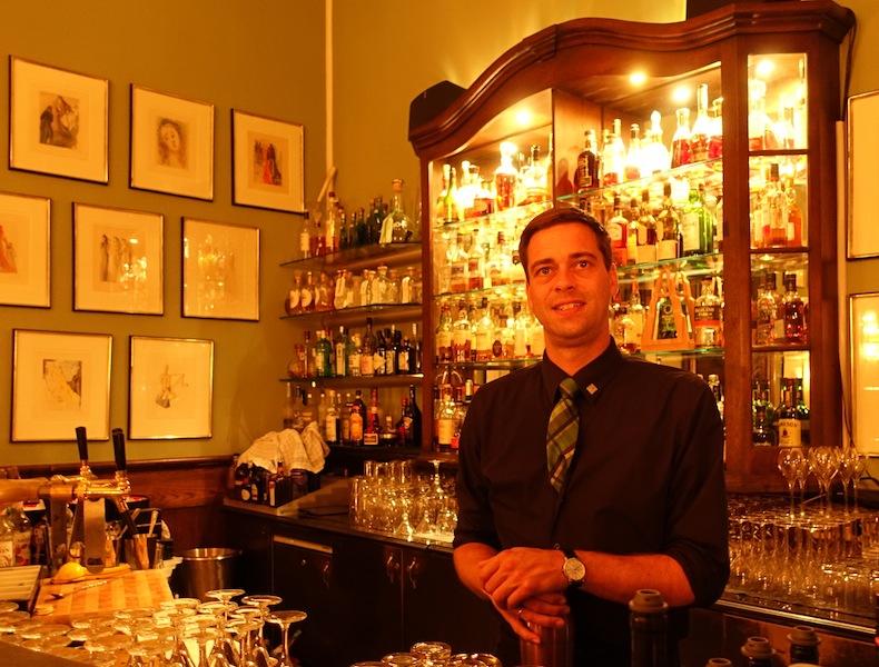 Seit 2009 ist Christopher Uhl Barchef in der Salvador Dalí Bar im Althoff Grandhotel Schloss Bensberg und kreiert aus den 400 Spirituosen traumhafte Drinks / © Redaktion Lustfaktor