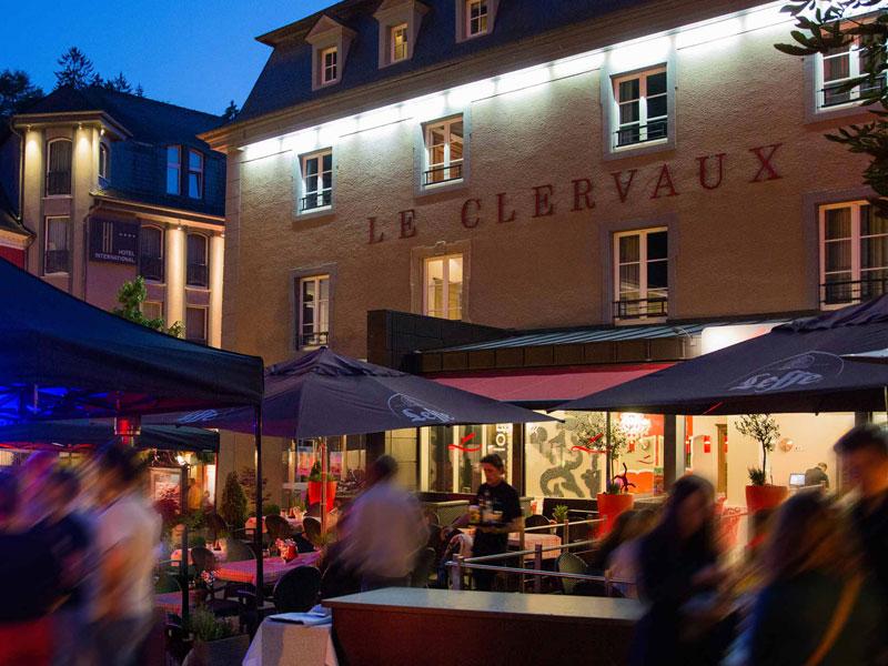 Hier die Frontansicht vom 5-Sterne Hotel Le Clervaux. Auch abends ist in dem kleinen Städtchen Clerf viel Bewegung / © Hotel Le Clervaux