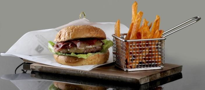 Neben außergewöhnlichen Tapas kann auch ein guter Burger sehr verlockend sein / © Althoff Grandhotel Schloss Bensberg