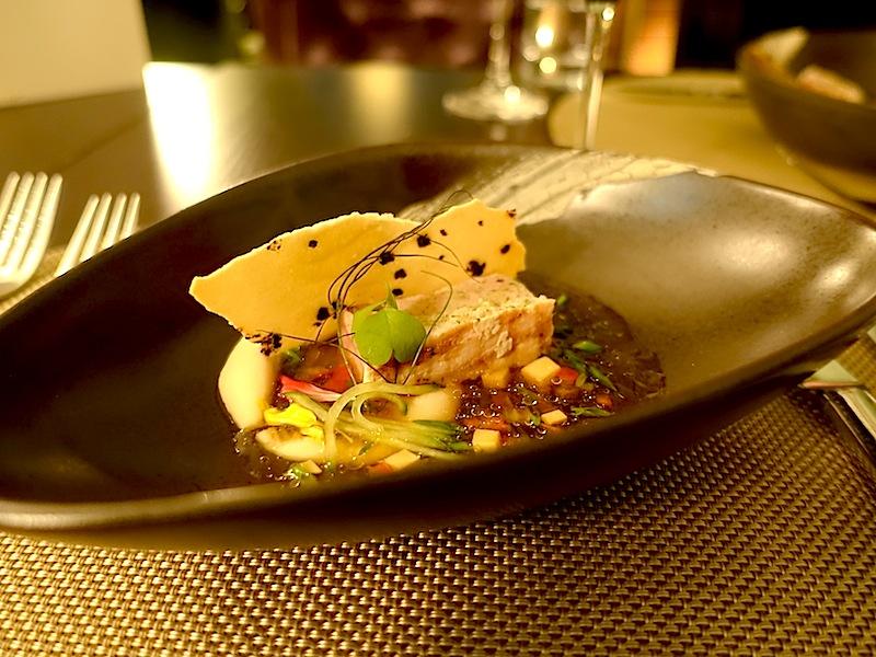 Ein köstlicher Gang: Gegrillter Schwertfisch mit Paella-Gewürz und Melonenvinaigrette / © Redaktion Lustfaktor