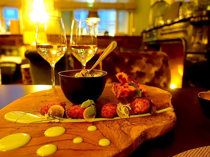 Auf einem Holzbrett angerichtet - passend zum Geschmack: Stockfisch- Kroketten, Salasa Verde und Garnelen Pil Pil mit Tortilla, Kartoffeln und Chistorra / © Redaktion Lustfaktor