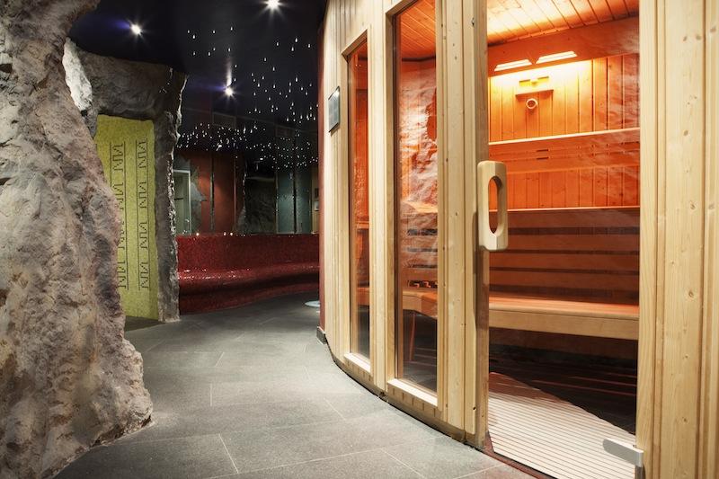 Wer zu Gast im 5-Sterne Hotel Le Clervaux ist, kann den Wellnessbereich des 4-Sterne Partnerhotels International mit benutzen. Bequem per Bademantel bekleidet können Gäste des Le Clervaux den Wellnessbereich erreichen / © Hotel Le Clervaux