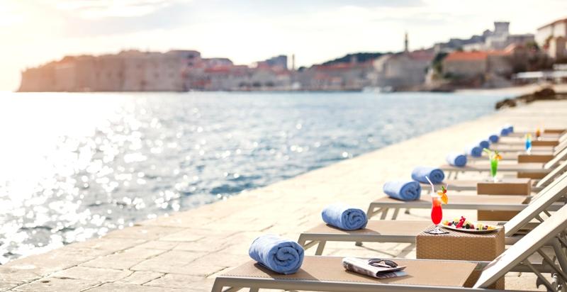 Der hoteleigene Badebereich und Strandabschnitt des Hotel Excelsior / © Adriatic Luxury Hotels