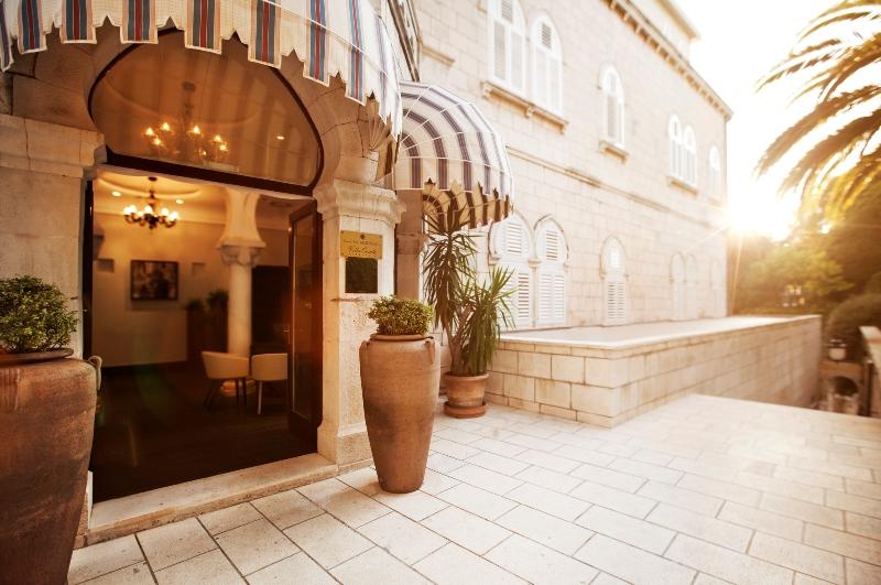 Der Eingang zur Villa Orsula in Dubrovnik. Im Hause erwartet den Gast wahrer Luxus / © Adriatic Luxury Hotels