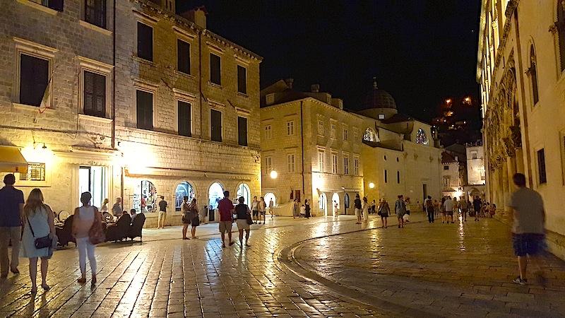 Die Altstadt von Dubrovnik ist auch am Abend sehr belebt / © Lustfaktor, Foto Lisa Schmalz