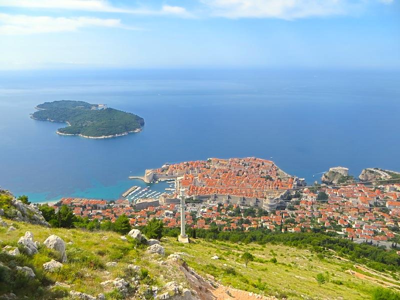 Der Ausblick von dem Berg Srđ auf die Altstadt Dubrovniks und die Insel Lokrum. Eine Fahrt mit dem Cable Car lohnt sich / © Redaktion Lustfaktor, Bild Lisa Schmalz