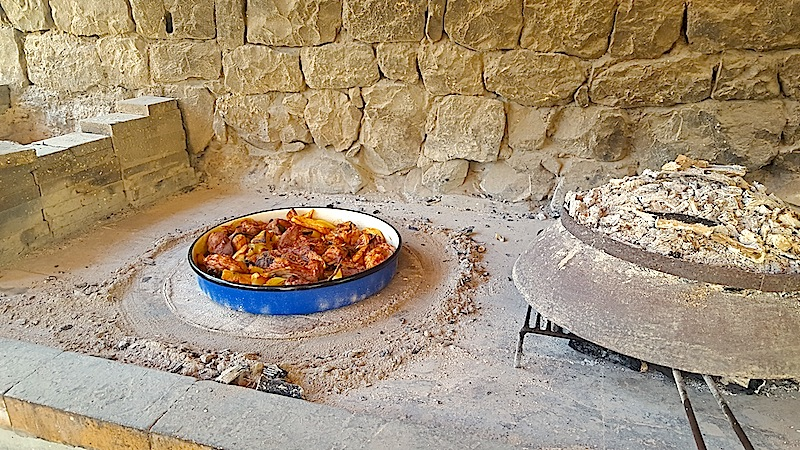 Die ursprüngliche Zubereitung des Gerichts Peka unter einer gusseisernen Glocke / © Redaktion Lustfaktor, Bild Lisa Schmalz