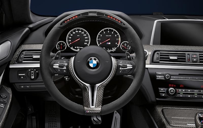 Über die manuellen Schaltwippen am M Lederlenkrad legt man selbst Hand an. So kommt Rennsport-Feeling auf / © BMW AG, München