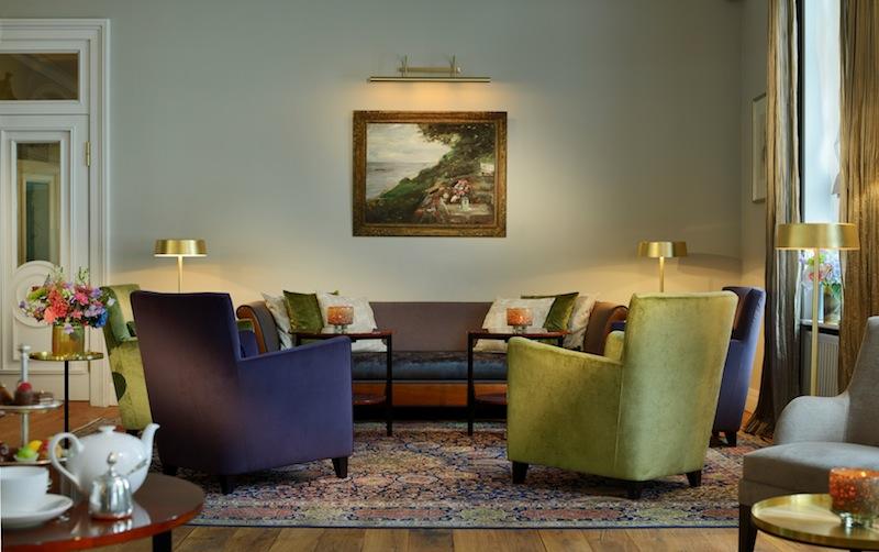 Im gesamten Hotel - hier die Wohnhalle vom Hotel Louis C. Jacob - sind ausgewählte Kunst platziert / © Louis C. jacob