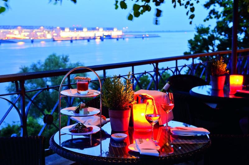 An einem der schönsten Orte von Hamburg genießen Gäste auf der Lindenterrasse an lauen Sommerabenden einen grandioses Gourmetmenü von Sternekoch Thomas Martin / © Louis C. Jacob