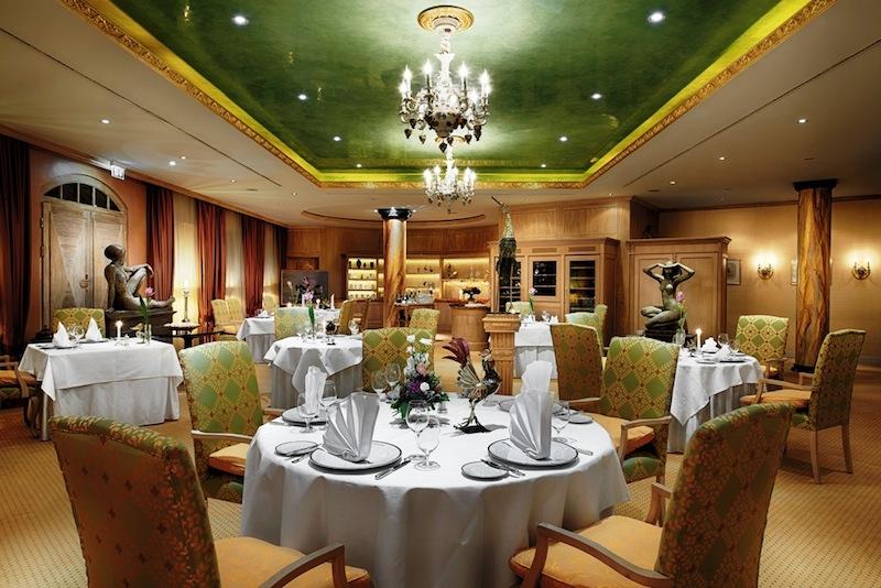 Ein sehr ansprechendes Ambiente, wo zarte Grün- & Goldtöne dominieren. Hier speisen Gäste vorzüglich / © Hotel Bülow Palais