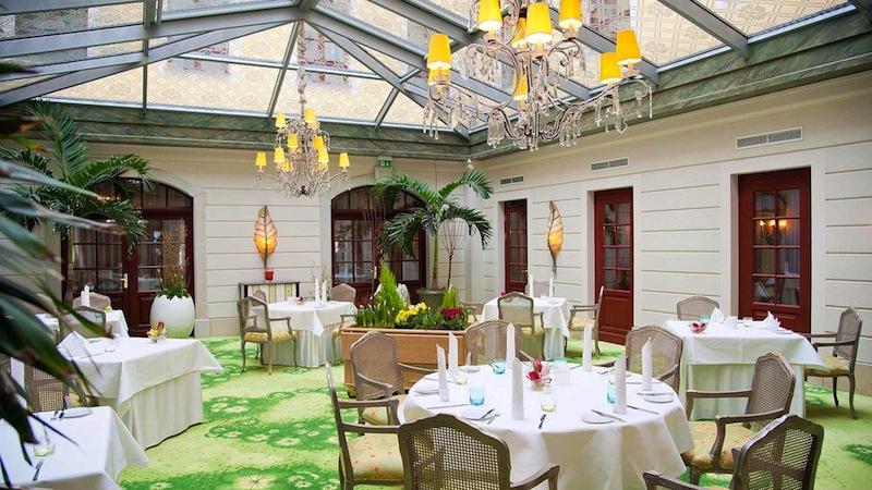 Auch im lichtdurchfluteten Wintergarten können Gäste des Restaurant Caroussel ihr Dinner genießen / © Hotel Bülow Palais