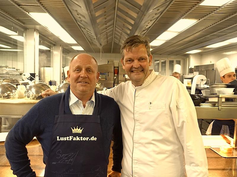 Zwischen den einzelnen Gängen besuchten wir den smarten Chefkoch. Thomas Martin (r.) und Andreas Conrad (l.) fühlten sich sichtlich wohl. Es hat viel Freude bereitet - einen Dank an Chef de Cuisine Thomas Martin / © Redaktion FrontRowSociety.net