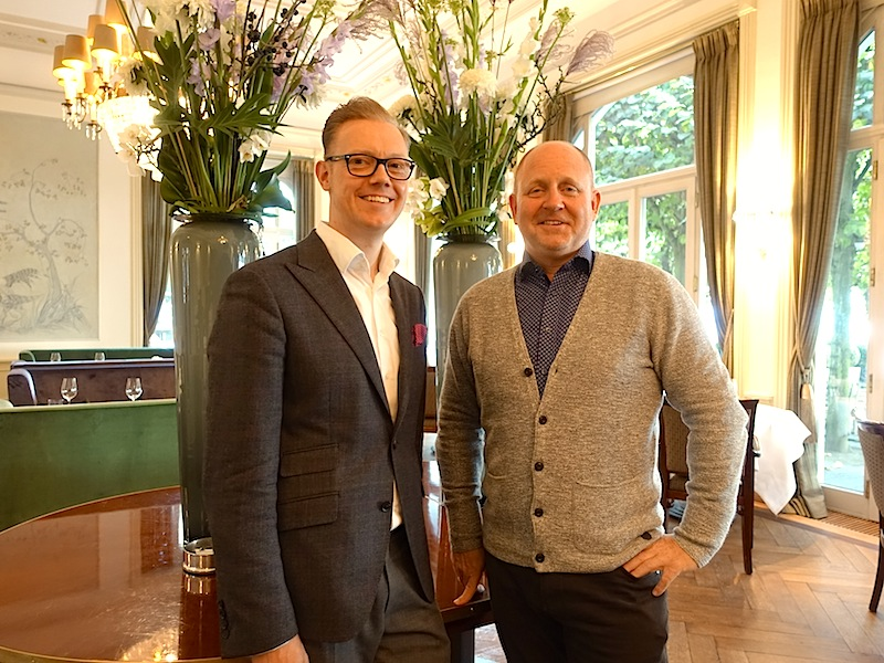 Andreas Conrad (r.) bedankt sich bei Jacobs Restaurantleiter Christoph Koch (l.) für den erstklassigen Service / © Redaktion FrontRowSociety.net