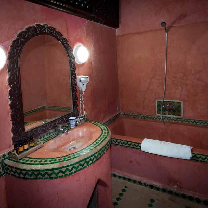 Im Sanitärbereich bestehen die Becken nicht aus Porzellan, sondern genau wie die Wände aus dem traditionellen marokkanischen Tadelekt-Material und emaillierten Terrakotta-Kacheln / © Lustfaktor, Foto Georg Berg