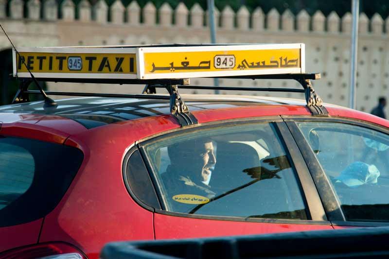 Besonders günstig fährt man mit den kleinen roten Taxis / © Lustfaktor, Foto Georg Berg