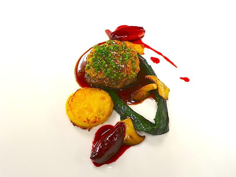 Rinderfilet mit einer Pommery-Senfkruste, Sauce Béarnaise, Mangold, Schalotten und Gratin dauphinois - einfach traumhaft / © Redaktion Lustfaktor