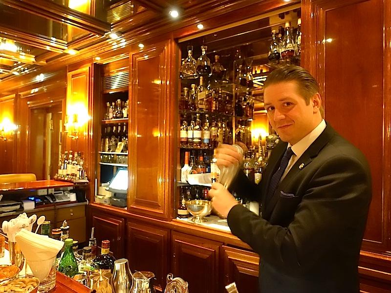 Dem neuen Barchef von der Piano Bar im Excelsior Hotel Ernst liegen gehaltvolle Zutaten und die Präsentation seiner Drinks am Herzen / © Redaktion Lustfaktor
