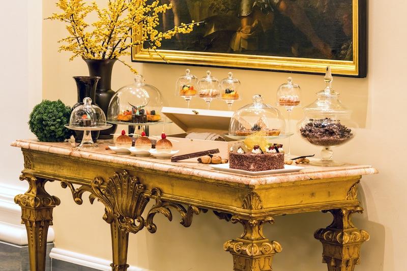 Zu den erlesenen Teesorten genießen die Gäste gerne die eine oder andere kleine süße Versuchung / © Excelsior Hotel Ernst