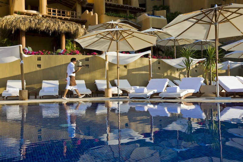 Am Pool vom Capella Ixtapa in Mexiko liegt es sich herrlich / © Capella Hotel Group