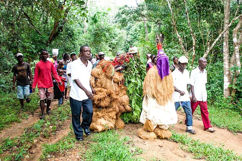Die Dorfgemeinschaft auf dem Weg zum Auftritt / © Lustfaktor, Foto Georg Berg