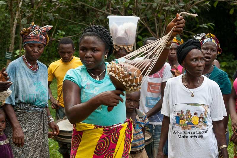 Mit der Segbula unterstützen die Frauen den Rhythmus / © Lustfaktor, Foto Georg Berg