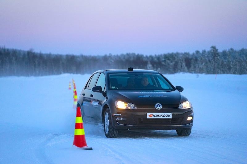 Bis in den frühen Abend konnten die Teilnehmer auf der Hankook i*cept Polar Experience die bereitgestellten Fahrzeuge auf Schnee und Eis bewegen. Hier beim Slalomtest / © Redaktion Lustfaktor