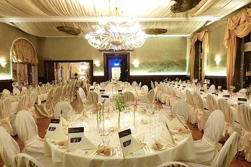 Der Saal ist hergrichtet: Der Kaviar- und Champagner-Lunch beginnt in wenigen Minuten / © Redaktion Lustfaktor