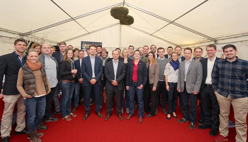 """Winzer und Weingüter sind auf dem Rheingau Gourmet & Wein Festival in großer Anzahl veretreten. Hier ein Bild von den """"Jungen Winzern"""", die zum Rheingau Gourmet Festival 2017 angetreten sind"""