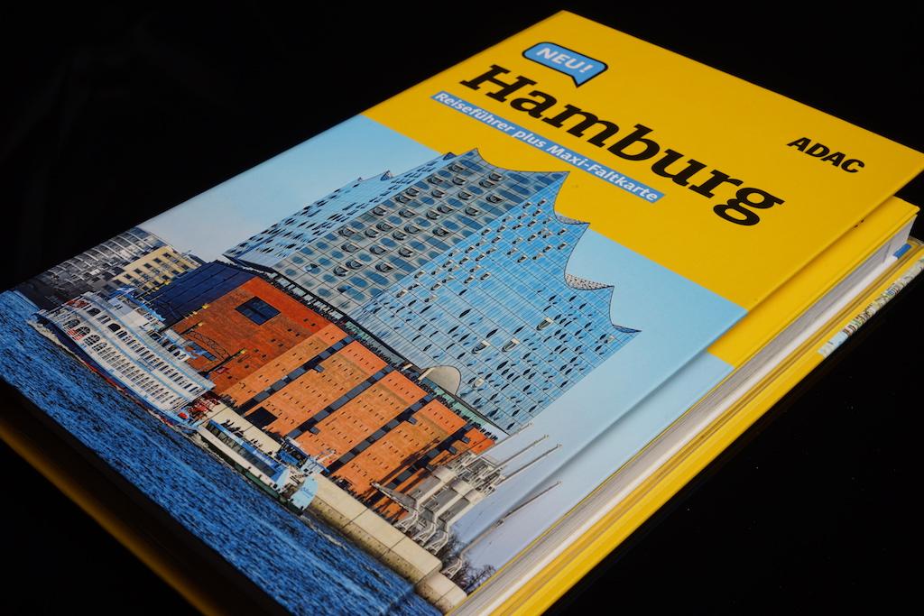 Auf dem Cover des ADAC Reiseführers Hamburg prangert das neue Wahrzeichen von Hamburg