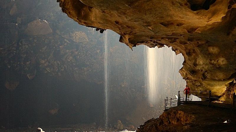 Die Höhlen sind gut zugänglich. Auf Sicherheit wurde geachtet; gefährliche Wege sind mit Geländern ausgestattet