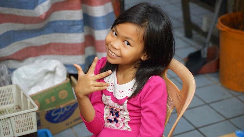 Auch die Kids auf dem bekannten Philipinomarkt sind gegenüber Fremden sehr offen