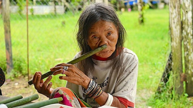 Die Nasenflöte wird auf Borneo gerne vorgeführt. Zu sehen und hören sind die Spielerinnen bei der Penan-Siedlung