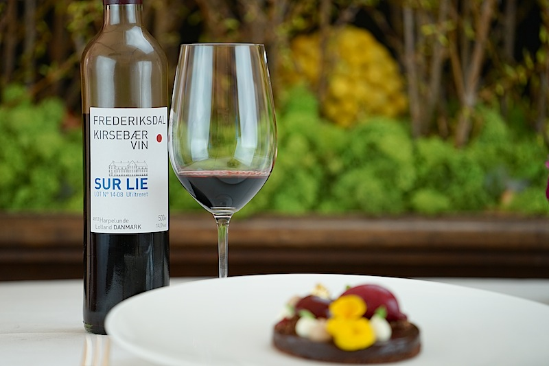 Der Kirsebærvin Sur lie vom Gut Frederiksdal ist ein exzellenter Begleiter zu Süßspeisen