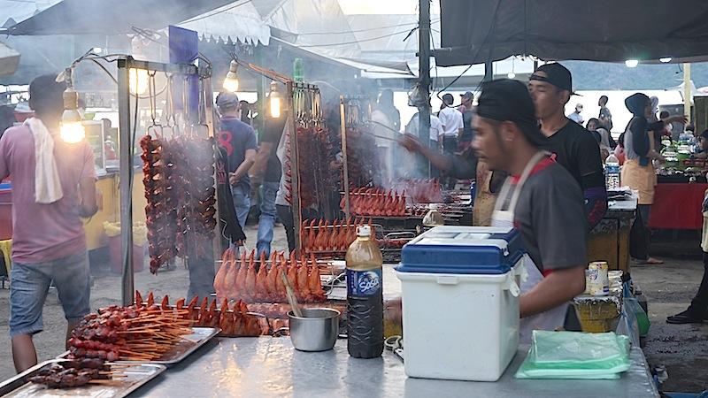 Probieren sollte man auch die kleinem Delikatessen auf den Fisch- und Fleischmärkten