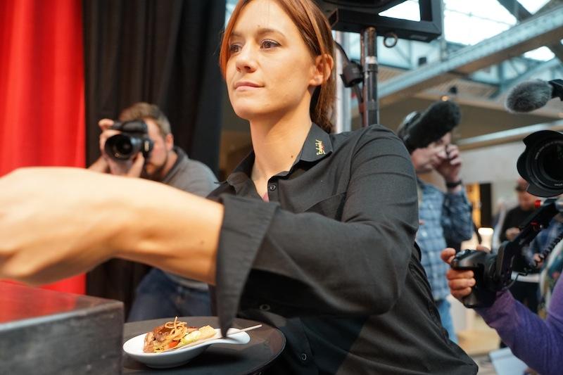 Das Service-Team war ständig im Einsatz - möglichst sofort - jedem Probierfreudigen eine kulinarische Überraschung zu offerieren