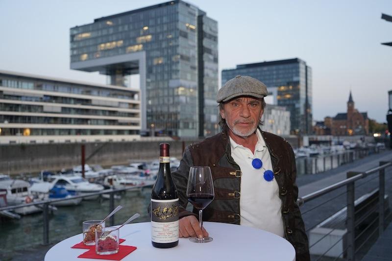 Anton Fuchs performt seine Kunstwerke im Rhenania Künstlerhaus am Kölner Rheinauhafen