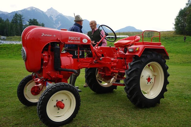 Vor der Traktorparade fanden sich die Traktoren auf der Wiese vor dem Olympia Sport- und Kongresscentrum ein. Hier konnten die ersten Besucher schon fachsimpeln