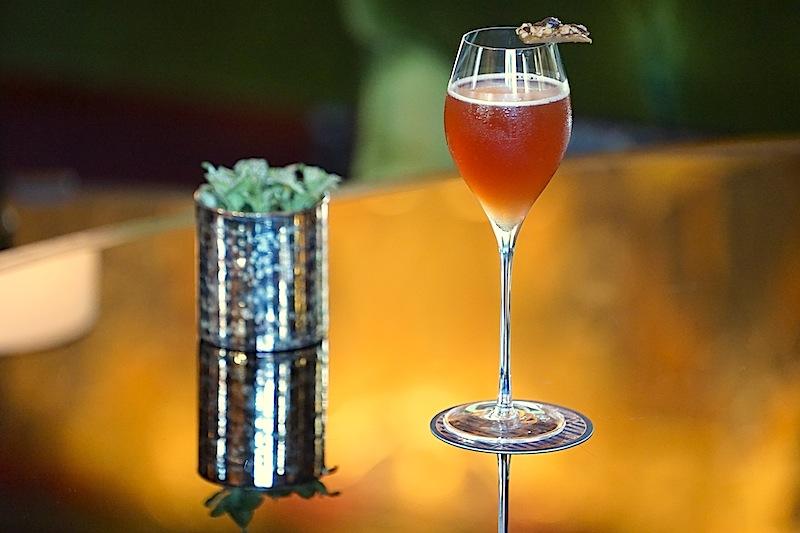 ATLAS Café Royale Spezial: 20 ml Sipsmith Gin, 20 ml Martini Rubino, 20 ml Sipsmith Sloe Gin, 60 ml Café Royale Spezialmischung (leider ein Geheimnis), 20 ml Ananas-Sirup, 15 ml Zitronensaft und 45 ml Roger Coulon Champagner